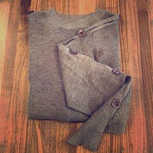 Shoulder-wrist buttoned brown lightweight sweater